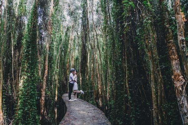 """Chia sẻ với Zing.vn, Xuân Thịnh cho biết: """"Quen nhau được một năm, cũng đi nhiều nơi trước đó, nhưng bọn mình chỉ lên kế hoạch chụp ảnh cưới bụi từ tháng 6/2016. Do công việc văn phòng, hai đứa cũng không có nhiều thời gian thực hiện chuyến đi dài"""". Bức ảnh được thực hiện ở Tân Lập - Long An."""