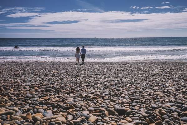 Cuộc đời dù lắm sỏi đá, chông gai thì hãy nắm lấy tay anh và chúng ta cùng nhau vượt qua mọi thử thách. Ảnh chụp tại bãi đá bảy màu - Bình Thuận.