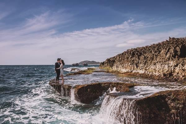 Điều khó khăn nhất mà cặp đôi gặp phải khi thực hiện bộ ảnh cưới là chuyến đi chỉ có hai người và phải tự chụp bằng chân máy. Kỷ niệm đáng nhớ nhất của họ là khi chụp ở Hang Rái (Ninh Thuận). Khi cả hai đang mải mê chọn góc, sóng ào lên ướt hết người lẫn máy.