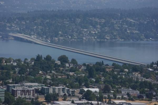Cầu nổi, hay cầu phao, là kiến trúc tạm thời thường được xây dựng từ gỗ trong thời gian khẩn cấp. Tuy nhiên, Evergreen Point lại được làm hoàn toàn từ bê tông cốt thép và là cây cầu nổi dài nhất thế giới bắc ngang qua hồ Washington của bang Seattle, Mỹ. Ảnh: Flickr.