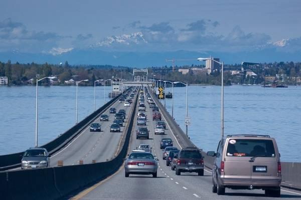 Cây cầu dài 4,75km, cách chiếc cầu nổi dài thứ hai thế giới là Lacey V. Murrow chỉ vài km về phía nam.
