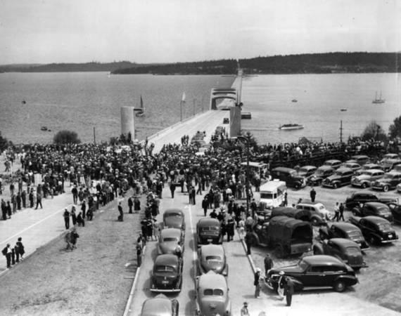 Phải xây dựng cầu nổi vì cầu nằm ở vị trí địa lý phức tạp của hồ Washington. Đáy hồ quá mềm cho trụ cầu thông thường còn xây dựng cầu treo lại quá tốn kém. Cuối cùng năm 1930, ý tưởng về cây cầu nổi lần đầu tiên được đề xuất bởi kỹ sư Homer Hadley. Ảnh: seattlepi.com.
