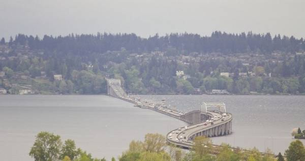 Ông làm việc cho một công ty thiết kế xà lan bê tông trong Thế chiến thứ nhất và đề nghị kết nối các xà lan rỗng, dẫn đến sự ra đời của cầu Lacey V. Murrow. Tiếp nối sự thành công của công trình đầu tiên, Evergreen Point chính thức ra đời vào năm 1963. Ảnh: Joshua Trujillo.