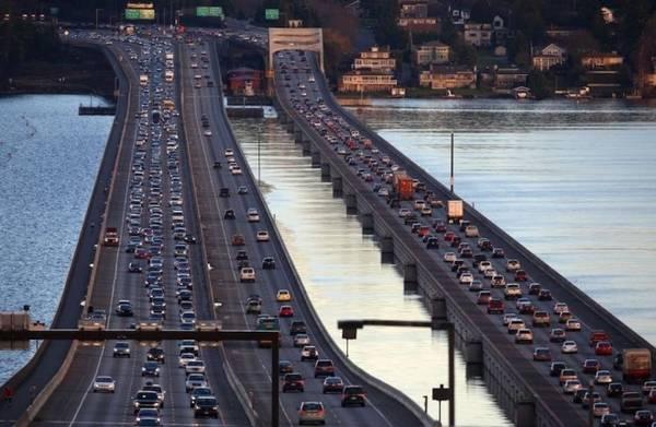"""Để tưởng nhớ người đàn ông tiên phong trong ý tưởng """"cây cầu của tương lai"""", chiếc cầu nổi thứ 3 được đặt theo tên Homer Hadley. Ngày nay, hồ Washington có 3 cây cầu nổi và đều nằm trong top 5 cây cầu phao dài nhất thế giới. Trong hình là cầu Homer Hadley (trái) và cầu Lacey V. Murrow (phải) nằm cạnh nhau. Ảnh: Joshua Trujillo."""