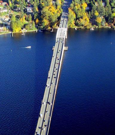 Du khách đến với bang Seattle nước Mỹ không nên bỏ lỡ cơ hội ghé thăm những câu cầu đặc biệt này trên hồ Washington. Ảnh: Flickr.