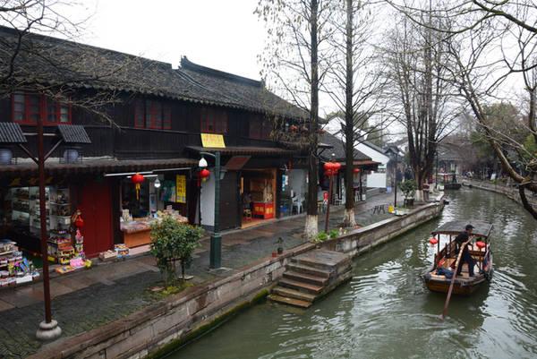 Chu Gia Giác là thị trấn nhỏ có hình dáng như chiếc quạt gấp, có niên đại hơn 1.700 năm. Năm 1991 được chính quyền thành phố Thượng Hải đưa vào danh mục một trong 4 danh trấn văn hóa đầu tiên ở đây.