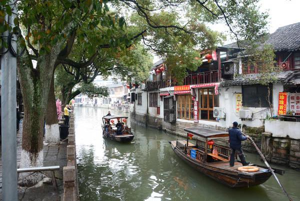 Sông Tào Cảng chạy quanh thị trấn, 9 con phố kéo dài men theo các nhánh sông cùng hơn nghìn ngôi nhà xây từ thời nhà Minh và Thanh. Bởi vậy ngồi thuyền ngắm cảnh là một trong những trải nghiệm ấn tượng nhất ở đây. Một thuyền được ngồi tối đa 6 khách.