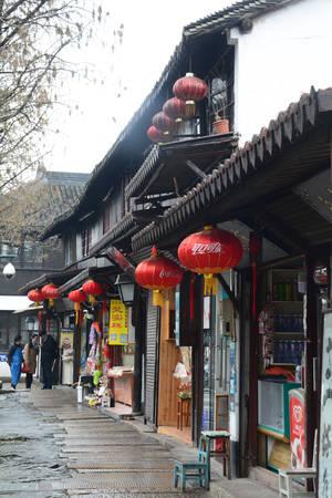 Hẻm nhỏ quanh co trong Chu Gia Giác có đường lát đá hoa cương. Các ngôi nhà tường xám mái đen từ thời triều Minh và Thanh vẫn được bảo tồn gần như nguyên vẹn, mang đậm di tích lịch sử.
