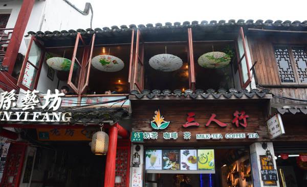 Thực tế Chu Gia Giác có hơn 26 ngõ hẻm. Mỗi con đường đều có hẻm nối với phố, phố thông đường, đường thông hẻm, tạo thành bố cục theo kiểu bàn cờ, khi đi vào trong hẻm giống như lạc vào mê cung. Các hàng quán vì thế cũng mọc lên san sát, bán đủ các loại đồ ăn, thức uống và đồ lưu niệm.  Chu Gia Giác - cổ trấn phải ghé khi đến Thượng Hải