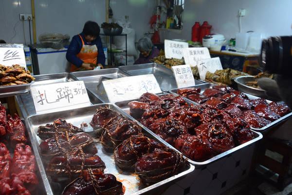 Chân giò, thịt lợn được bán với giá 35-40 tệ một cái (115.000 - 130.000 đồng), hầu hết được phục vụ tại chỗ, nóng hổi.