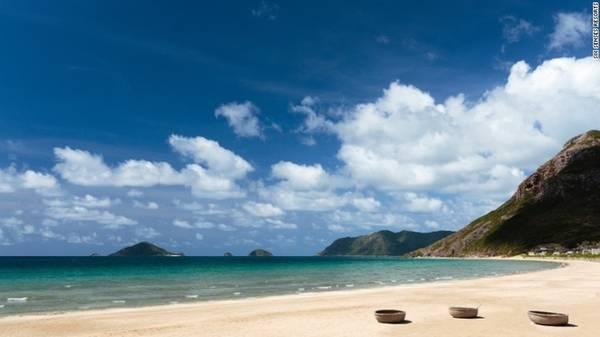Côn Đảo, Việt Nam Du khách có thể tới Côn Đảo bằng cách bay từ TP HCM hoặc đi tàu từ Vũng Tàu. Côn Đảo sở hữu rạn san hô nguyên sơ, những hàng dừa xanh mát nằm dọc bờ biển, rất nhiều cung đường bộ xuyên rừng và cả các khách sạn ven biển xinh đẹp, sang trọng.