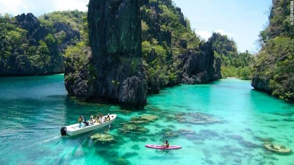 Palawan, Philippines Bao quanh bởi nhiều núi đá, Palawan nằm ở phía tây nam Philippines. Đây là một địa điểm còn rất nguyên sơ cả về môi trường tự nhiên và con người.