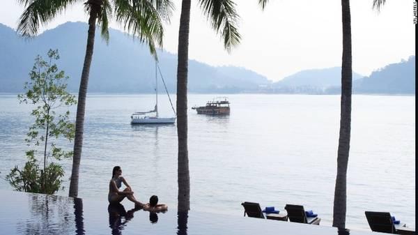 Pangkor, Malaysia Bờ biển phía tây của Pangkor mang vẻ quyến rũ khó quên với những bờ biển cát trắng trải dài, các vùng vịnh nước xanh trong, và một số khu nghỉ dưỡng sang trọng.