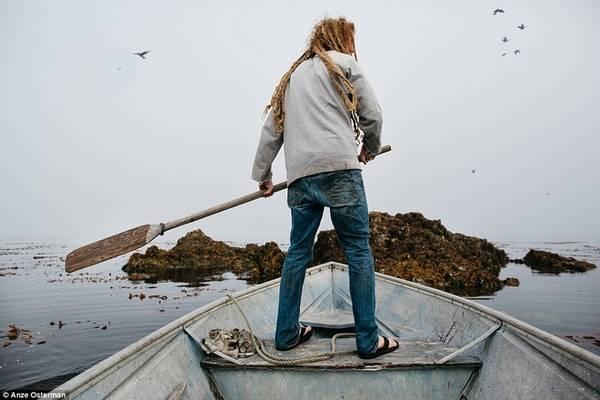"""Trước khi trải nghiệm cuộc sống trên đảo Marble, Anze Osterman thú nhận anh rất ngạc nhiên vì không hiểu tại sao lại có người chọn sống ở một nơi xa xôi hẻo lánh như thế này. Nhưng anh đã thay đổi suy nghĩ: """"Bạn sẽ hiểu cảm giác đó ngay, việc tồn tại ở một nơi hoang dã mới là cuộc sống thực sự, bạn không giống một con cá hay một cái thùng, bạn thực sự tự do. Tất cả những bực bội, áp lực chỉ còn là hư không""""."""