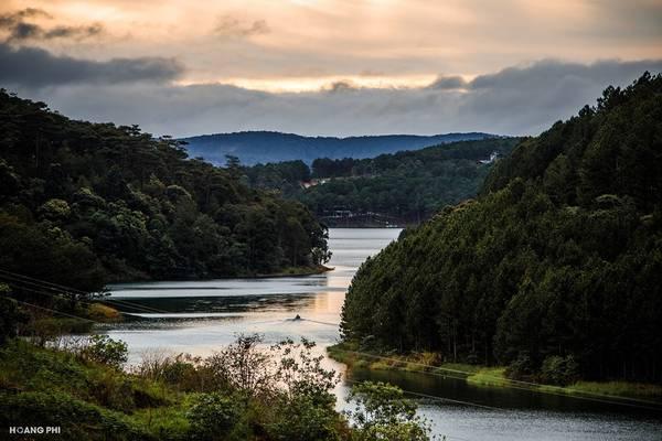 Đà Lạt là thành phố trực thuộc tỉnh Lâm Đồng, nằm trên vùng cao nguyên Lâm Viên của Tây Nguyên, cách TP.HCM khoảng 300 km .