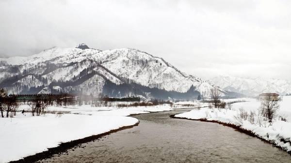 """Được mệnh danh là """"vùng đất tuyết"""", Niigata có một thung lũng nằm cạnh bờ biển của Biển Nhật Bản, cách thủ đô Tokyo hơn 300 km. Vùng này du khách thường không thể tới được vào mùa đông do các trận bão tuyết lớn. Tuy nhiên dân địa phương đã thích nghi với điều kiện khắc nghiệt này, thậm chí họ xây lối đi vào tầng hai của nhà mình để di chuyển khi tuyết quá dày."""