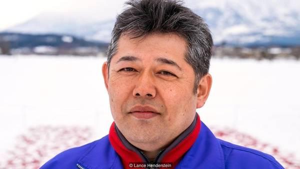 Kuniaki Tojo là thế hệ thứ 3 của Kanzuri, công ty gia đình có truyền thống sản xuất ra một loại ớt đỏ làm tương. Tương ớt Kanzuri là một trong những sản phẩm bảo quản bằng tuyết nổi tiếng nhất Nhật Bản.