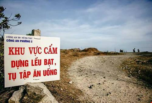 Bảng cấm cắm trại tại Đồi Con Heo. Ảnh: Triệu Minh Trung.