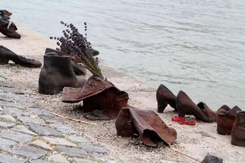 Những đôi giày bên bờ đông sông Danube, Budapest