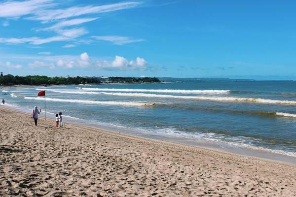 Bãi biển Kuta nổi tiếng của Bali, với bãi cát dài cùng nước biển xanh trong vắt.