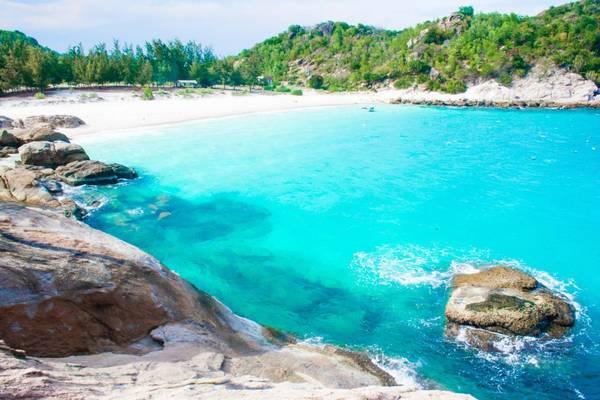 Nước biển xanh ngắt tại bãi cây Me. Ảnh: golux