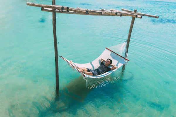 Nằm trên võng đu đưa tận hưởng gió biển mơn man. Ảnh: Bi Nguyễn.