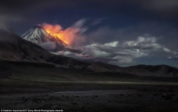 Núi lửa Klyuchevskaya Sopka ở Nga phun trào dữ dội, dung nham và khói bụi bay mù mịt