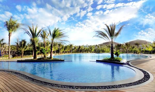 Với hệ thống hồ bơi ngoài trời rộng khắp, trải dài và quầy Bar ngay khu vực hồ bơi chính nhất định sẽ mang đến cho bạn những trải nghiệm thư giãn tuyệt vời