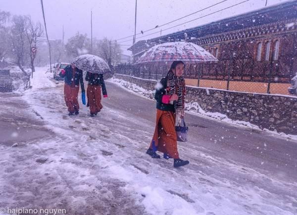 Phụ nữ Bhutan đi trong tuyết tháng 3-2017