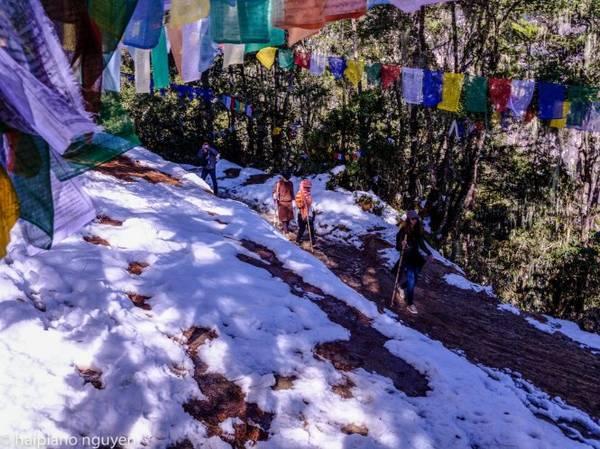 Du khách quấn khăn đi trên những sườn đồi phủ tuyết