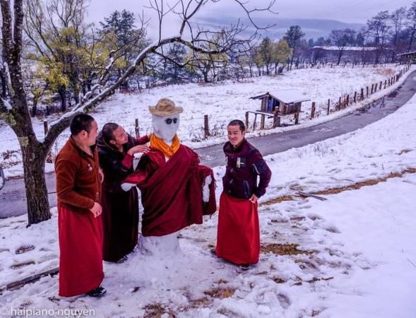 Một người tuyết được khoác áo sư thầy