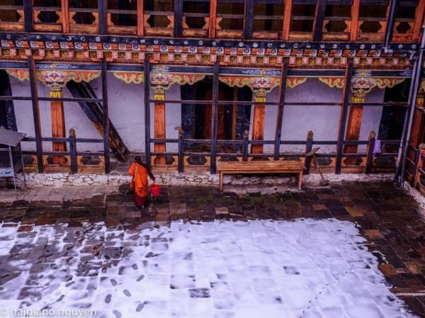 Tuyết rơi ngoài sân các tu viện cổ