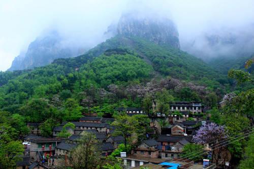 Du khách muốn đến Guoliang nên bắt đầu từ thành phố Tân Hương (Hà Nam), lái xe về phía bắc đại lộ Huanyu (cột S229) và đi tiếp 20 km đến thị trấn Huixian. Tại đây, đi thẳng cho tới giao lộ giữa S229 và S228, rẽ trái, đi tiếp khoảng 13 km tới làng Nanzhaizen. Rẽ trái một lần nữa và đi theo bảng chỉ dẫn khoảng 13 km để tới làng Guoliang. Ảnh: Shanghai Outing Club.