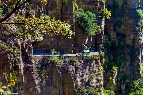 Trong nhiều năm, đường hầm xuyên núi Guoliang luôn nằm trong danh sách điểm đến nguy hiểm nhất thế giới, thu hút rất nhiều du khách đến tham quan và khám phá. Thế nhưng ít ai biết rằng, đằng sau công trình vĩ đại đó là máu và nước mắt của nhiều thế hệ dân làng Guoliang. Ảnh: Imagine China.