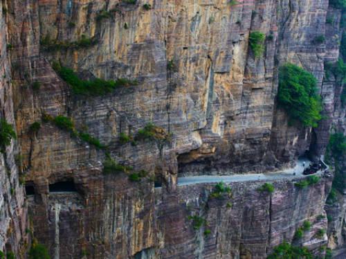 Thời điểm đó, chính phủ Trung Quốc tuyên bố sẽ không đầu tư một con đường tiêu tốn hàng triệu USD chỉ để cho 300 người sử dụng. Làng Guoliang gần như đứng trước nguy cơ bị lãng quên, trở thành một ngôi làng ma không người sinh sống. Ảnh: Cultural China.