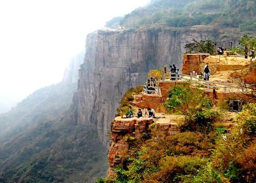 Người dân Guoliang rất thân thiện và luôn chào đón du khách. Kể từ năm 2000, khi Trung Quốc đẩy mạnh du lịch trong nước, làng Guoliang đón hàng nghìn du khách mỗi năm. Ảnh: Chinatour Advisor.