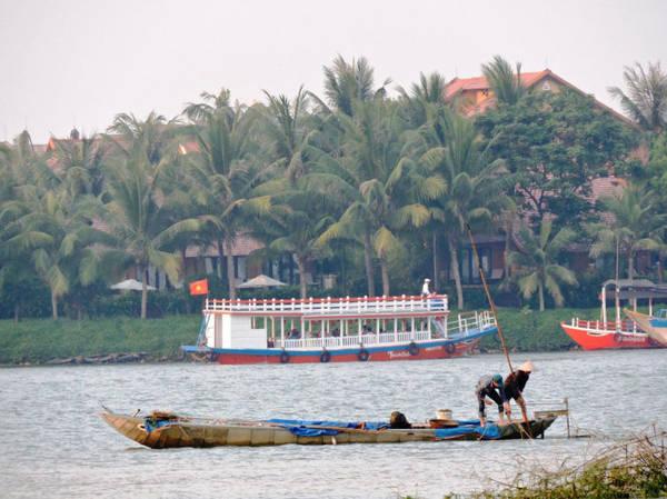 Nhiều khách du lịch tuyến du lịch trên sông Hoài tận mắt chứng kiến ngư dân cào hến - Ảnh: THANH LY