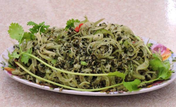 Hến xào chuối cây, món ngon độc đáo xuất hiện nhiều trong các nhà hàng ven con sông Hoài - Ảnh: THANH LY