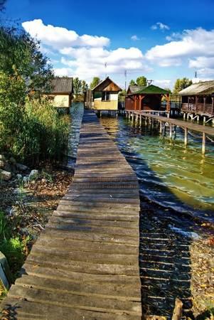 Trải qua nhiều năm, hồ trở thành một điểm câu và đánh cá nổi tiếng. Dân địa phương xây thêm một số ngôi nhà gỗ tại đây, nối vào bờ là những con đường gỗ dài. Ảnh: panoramio.
