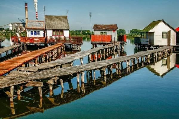 Những ngôi nhà gỗ ngày một nhiều thêm tạo thành cụm nhà nổi độc đáo trên hồ nước phẳng lặng. Khung cảnh này kết hợp với màu mây trời thay đổi theo thời gian trong ngày luôn làm mê mẩn các nhiếp ảnh gia. Ảnh: Sugár Nagy/Panoramio.