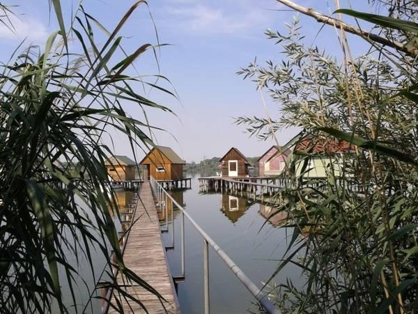 Trước đây nước hồ không bao giờ đóng băng nên người dân và du khách có thể trải nghiệm đánh bắt, hay câu cá quanh năm. Tuy nhiên, năm 2015, nhà máy điện dừng hoạt động, không thể làm ấm nước hồ vào mùa đông và còn ảnh hưởng tới cả tình hình du lịch nơi đây. Ảnh: Balázs Hornyák/Panoramio.