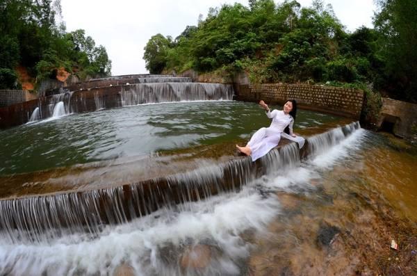 Hồ Hóc Răm thuộc xã Hòa Tân Tây, huyện Tây Hòa, tỉnh Phú Yên hiện thu hút rất đông du khách về tham quan, tổ chức dã ngoại, chụp hình. Khách đổ về đây thường vào cuối tuần. Hóc Răm nhìn như dòng thác nhiều tầng.