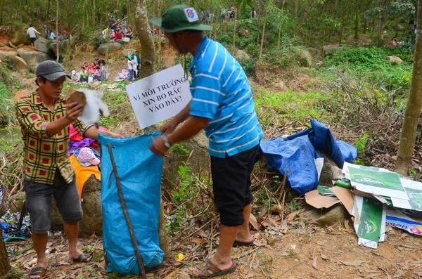 Người dân địa phương vừa buôn bán vừa tự dọn dẹp, thu gom rác.
