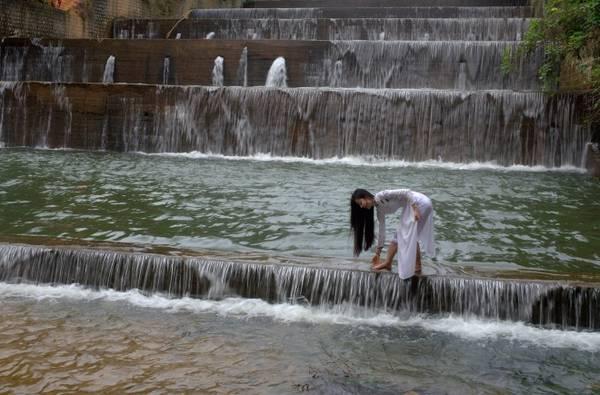 Năm nay, do mưa nhiều nên lượng nước trong hồ cao và tự chảy qua đập tràn có độ cao trên 50 m, tạo thành dòng thác nhân tạo nhiều tầng rất đẹp. Nước hồ tự chảy qua đập tràn cũng chỉ có trong tháng Giêng tùy thuộc vào lượng mưa trong năm. Trong hình là một thiếu nữ làm mẫu chụp ảnh trên hồ.