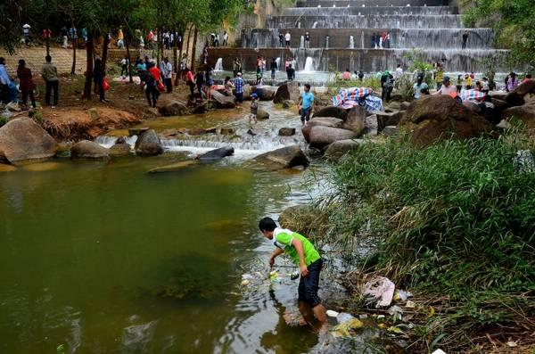Nhiều thanh niên đến tham quan, chụp ảnh cũng có ý thức tự nhặt rác, dọn rác ở các góc của hồ và suối để bảo vệ môi trường, cảnh quan.