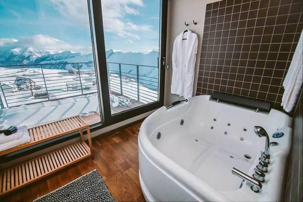 Ở đây còn có bể bơi, phòng xông hơi, phòng tập yoga, thể hình, dịch vụ trượt tuyết, cáp treo ngắm cảnh...