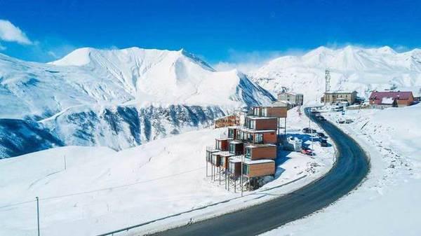 Ý tưởng thiết kế Quadrum được các kiến trúc sư Sandro Ramishvili và Irakli Eristavi lấy cảm hứng từ chính những ngọn núi. Vì vậy khách sạn có hình dạng như một kim tự tháp với phía dưới vững chãi và vát dần lên trên.