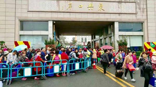 Khách chờ làm thủ tục thông quan tại từ cửa khẩu Đông Hưng (Trung Quốc) để nhập cảnh vào Móng Cái ngày 17-3 - Ảnh: CTV
