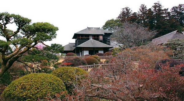 Tháng 3/2011, khu vườn bị thiệt hại khá nặng do hậu quả của trận động đất, nhưng đã được chính phủ tu sửa như cũ và mở cửa lại vào tháng 2/2012. Ảnh: Japanguide.