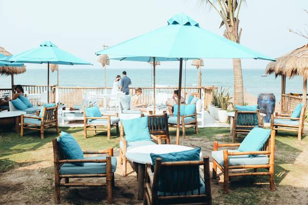 Ngồi ở đây bạn sẽ nhìn thẳng ra bãi biển.